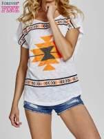 Biały t-shirt we wzory azteckie z dżetami                                  zdj.                                  1