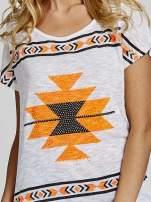 Biały t-shirt we wzory azteckie z dżetami                                  zdj.                                  5