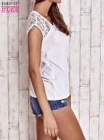 Biały t-shirt z ażurowymi rękawami                                                                          zdj.                                                                         3