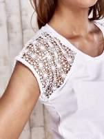 Biały t-shirt z ażurowymi rękawami                                                                          zdj.                                                                         5