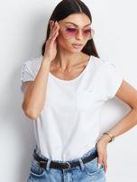 Biały t-shirt z kieszonką i guzikami na ramionach                                  zdj.                                  1