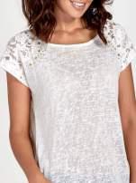 Biały t-shirt z koronkowymi rękawami i gwiazdkami                                  zdj.                                  5
