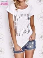 Biały t-shirt z motywem gwiazdy i dżetami                                  zdj.                                  1