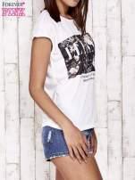 Biały t-shirt z napisem ELEGANCE                                  zdj.                                  3