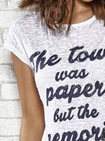 Biały t-shirt z napisem THE TOWN WAS PAPER BUT THE MEMORIES WERE NOT PAPER TOWNS                                  zdj.                                  5