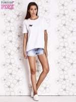 Biały t-shirt z naszywką motyla i pomponami                                  zdj.                                  2