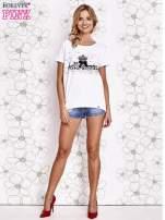 Biały t-shirt z ozdobnym napisem i kokardą                                  zdj.                                  4