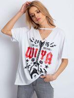 Biały t-shirt z rockowym printem                                  zdj.                                  1