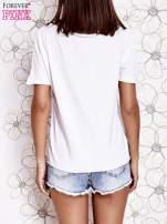 Biały t-shirt z ukośną kieszenią i dżetami                                  zdj.                                  2