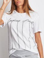 Biały t-shirt z wyszywanym napisem                                  zdj.                                  4