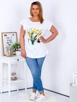 Biały t-shirt z żonkilami PLUS SIZE                                  zdj.                                  4