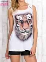 Biały top z nadrukiem tygrysa i skórzaną wstawką                                                                          zdj.                                                                         1