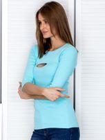 Bluzka jasnoniebieska z wycięciem na dekolcie                                  zdj.                                  3