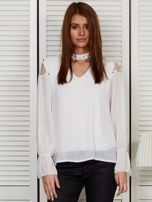 Bluzka szyfonowa z chokerem i perełkami biała                                  zdj.                                  1