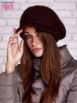 Bordowa dziergana czapka z daszkiem