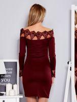 Bordowa sukienka z koronkowym dekoltem                                  zdj.                                  2