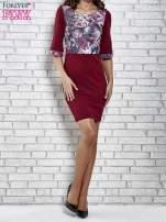 Bordowa sukienka z kwiatową aplikacją                                   zdj.                                  4