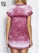 Bordowy asymetryczny t-shirt z trójkątnym dekoltem                                  zdj.                                  2
