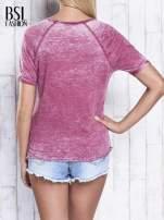 Bordowy dekatyzowany t-shirt z cyfrą 3                                  zdj.                                  5