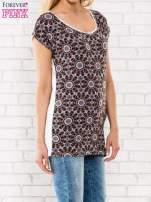 Bordowy t-shirt w motyw ornamentowy