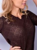 Brązowa bluzka w geometryczny wzór z łezką z przodu                                  zdj.                                  3