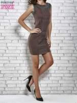 Brązowa dopasowana sukienka z pionową aplikacją                                  zdj.                                  2