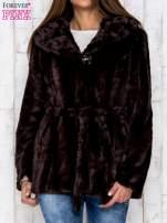Brązowa futrzana kurtka z szerokim kołnierzem i paskiem                                  zdj.                                  1