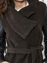 Brązowy płaszcz ze skórzanymi pikowanymi rękawami                                                                          zdj.                                                                         3