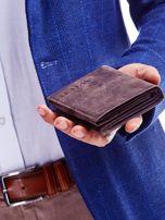 Brązowy portfel męski z tłoczonym napisem                                  zdj.                                  2