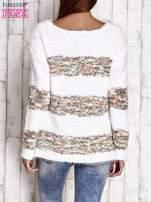 Brązowy puszysty sweter w kolorowe pasy                                  zdj.                                  4