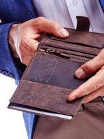 Brązowy skórzany portfel męski z wytłaczanym logiem                                  zdj.                                  2