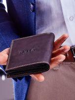 Brązowy skórzany portfel z tłoczeniem i obszyciem                                  zdj.                                  4