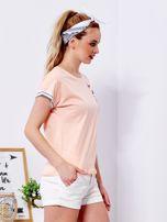Brzoskwiniowy t-shirt z kieszonką i naszywką                                  zdj.                                  3