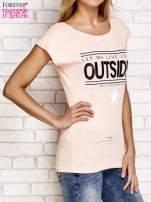 Brzoskwiniowy t-shirt z napisem LET ME LIVE LIKE AN OUTSIDER                                                                          zdj.                                                                         3