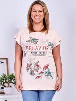 Brzoskwiniowy t-shirt z napisem i motywem roślinnym PLUS SIZE                                  zdj.                                  1