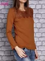 Camelowa bluzka z koronkową wstawką                                  zdj.                                  3