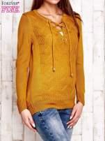 Camelowy dzianinowy sweter z wiązaniem                                  zdj.                                  4