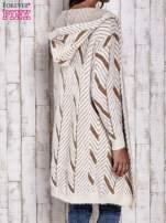 Camelowy włochaty sweter z kapturem                                  zdj.                                  7