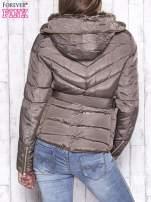 Ciemnobeżowa zimowa kurtka z futrzanym kapturem i paskiem