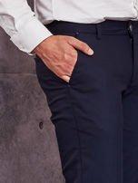 Ciemnogranatowe spodnie męskie w delikatny wzór                                  zdj.                                  6