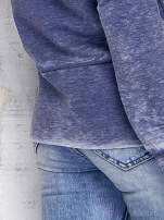 Ciemnoniebieska bluza acid wash z cyfrowym nadrukiem