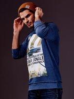 Ciemnoniebieska bluza męska z nadrukiem i surowym wykończeniem                                  zdj.                                  3