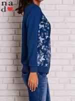 Ciemnoniebieska bluza z kwiatowym nadrukiem                                  zdj.                                  3