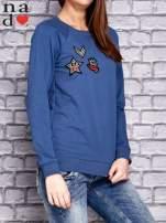 Ciemnoniebieska bluza z naszywkami                                  zdj.                                  3