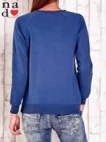 Ciemnoniebieska bluza ze srebrnym nadrukiem