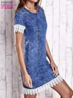Ciemnoniebieska jeansowa sukienka z koronkowym wykończeniem                                  zdj.                                  3
