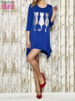 Ciemnoniebieska sukienka damska z nadrukiem kotów                                  zdj.                                  2