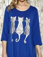 Ciemnoniebieska sukienka damska z nadrukiem kotów                                                                          zdj.                                                                         4