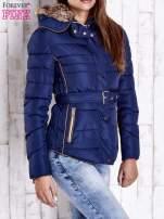 Ciemnoniebieska zimowa kurtka z futrzanym kapturem i paskiem                                                                          zdj.                                                                         3