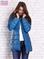 Ciemnoniebieski pikowany płaszcz ze złotymi suwakami                                  zdj.                                  5